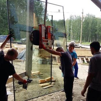 стеклопакет передвигается к месту установки в гараже