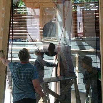 монтаж стеклопакета в фахверковом доме, вид изнутри