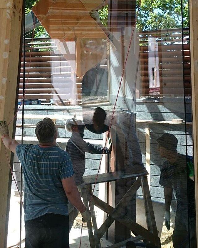 #БрауниАрт #ОстеклениеФахверка монтаж стеклопакета в фахверковом доме, вид изнутри