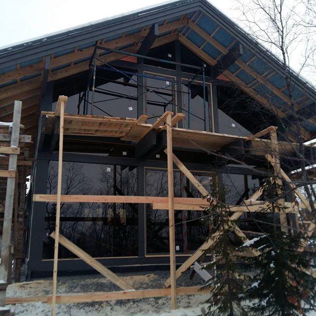 Фахверковый дом в  условиях крайнего  севера.  #БрауниАрт     произведено остекления  фахверка за  полярным кругом в  полном  обьеме,  установлены  панорамные  окна,  раздвижная и система и  балконные  двери.