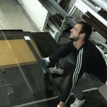 На стройплощадках кипит работа, а в это время в цеху… клеим стеклопакеты в створки… конструкции Шуко готовятся покинуть цех… #Шуко #БрауниАрт